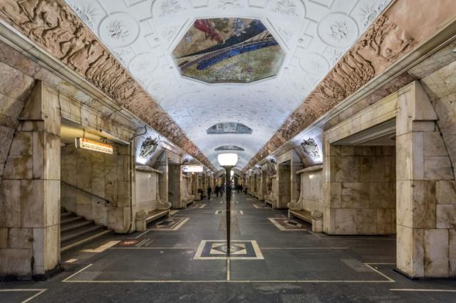Moskova Metrosu'nun toplam ray uzunluğu 300 kilometre. Bu mesafe Avusturya'nın başkenti Viyana ve Çek Cumhuriyeti'nin başkenti Prag arasındaki mesafeye eşit.