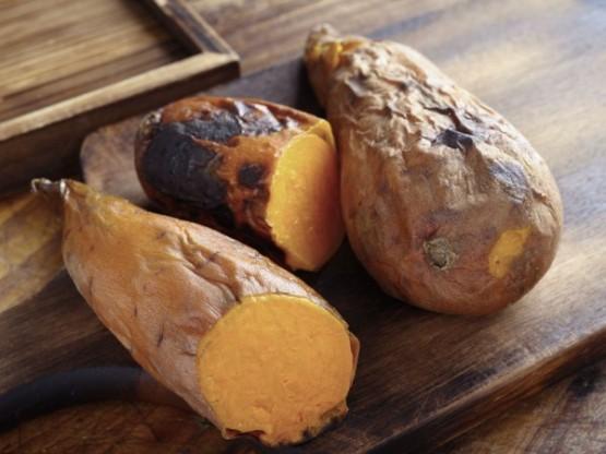 Kilo vermek için formül aslında basit: aldığınız kalori miktarından daha fazlasını yakmak! Ancak bu denklemi desteklemek için yardım alabileceğiniz bazı süper yiyecekler de yok değil. İşte yağ yakımına yardımcı olan besinler...  Tatlı patates Güçlü bir antioksidan olan beta-keraton kaynaklarındandır ve yağ depolanmasıyla savaşır.
