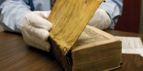 Harvard Üniversitesi'nin kütüphanesinde tuhaf görünümlü deri kapları olan üç kitapla ilgili yapılan araştırma sonucunda, kitapların insan derisiyle kaplı olduğu ortaya çıktı.
