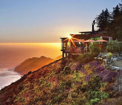1. Sierra Mar, Kaliforniya, ABD Harika bir tepenin üzerinde bulunan Post Ranch Inn'de Pasifik Okyanusu manzarasıyla leziz yemeklerin tadını çıkarın.