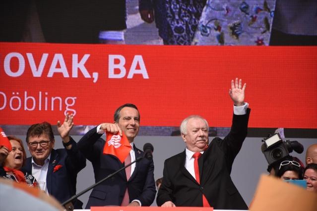 Avusturya'nın başkenti Viyana'da 100 binin üzerinde kişinin katıldığı 1 Mayıs kutlamalarına aşırı sağcı hükümete tepkiler damga vurdu.  Viyana Belediyesi binasının önünde düzenlenen törene katılan işçi sendikaları temsilcileri başta olmak üzere çok sayıda kişi, aşırı sağcı koalisyon karşıtı pankartlar taşıdı.
