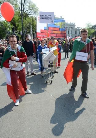 Avusturya'nın başkenti Viyana'da düzenlenen 1 Mayıs Emek ve Dayanışma Bayramı kutlamalarında Ring caddesinde toplanan binlerce Avusturyalı, ellerinde pankartlarla yürüyüş yaptı. Renkli görüntüler oluşturan işçiler, tarihi Rathaus Meydanı'nda toplandı.