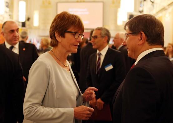 Dışişleri Bakanı Ahmet Davutoğlu Avusturya''nın başkenti Viyana'da düzenlenen Avrupa Konseyi Dışişleri Bakanları Yıllık Konferansı'na katıldı. Bakan Davutoğlu, konuk bakanlarla toplantı öncesi sohbet etti.