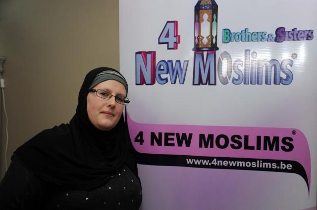 Genç yaşlarda İslam'ı araştırmaya başlayan ve aradığı cevapları bulunca Müslüman olan Belçikalı Veronique Cools (fotoğrafta), ailesinden başlayarak yakınlarına ve arkadaşlarına dinini anlattı, 8 yılda binden fazla kişinin imanına vesile oldu.