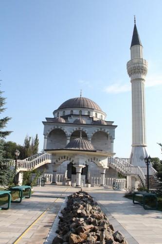 Mariupol kentinde Kanuni Sultan Süleyman ve Hürrem Sultan'ın anısına bir Türk tarafından yaptırılan cami, Müslümanlar kadar kente gelen birçok kişinin ilgisini çekiyor