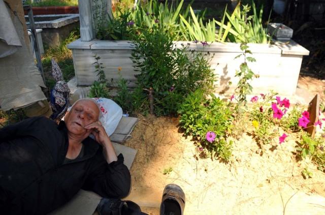 'Yanlızlıktan korkar' diye, eşinin mezarı başından ayrılmıyor