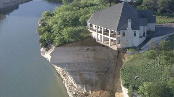 ABD'de uçurumun kenarındaki müstakil ev görenleri şaşırtıyor.