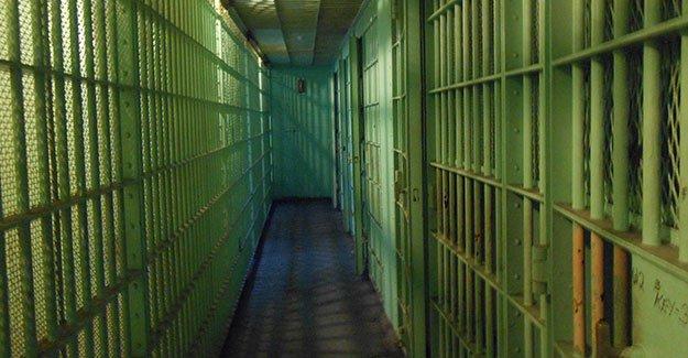 Avusturya'da bir anne, cezaevindeki oğluna bakın ne götürdü