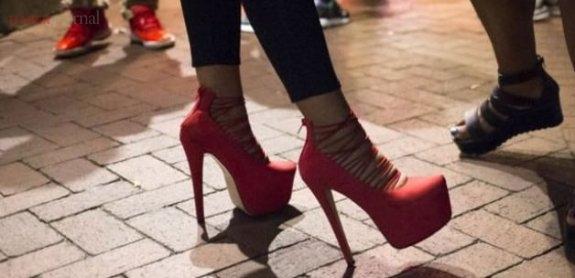 Topuklu ayakkabılarla mükemmel yürümenin 5 yolu