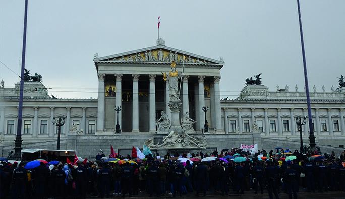 Viyana'da 'Duvarlı' Protesto