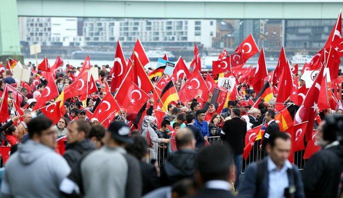 Avrupalı Türkler'den Köln'de demokrasi mitingi başladı