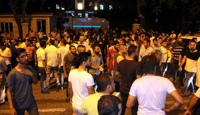 Sakarya'da Kent Meydanı'nda toplanan binlerce kişi askeri kalkışmaya tepki gösteriyor