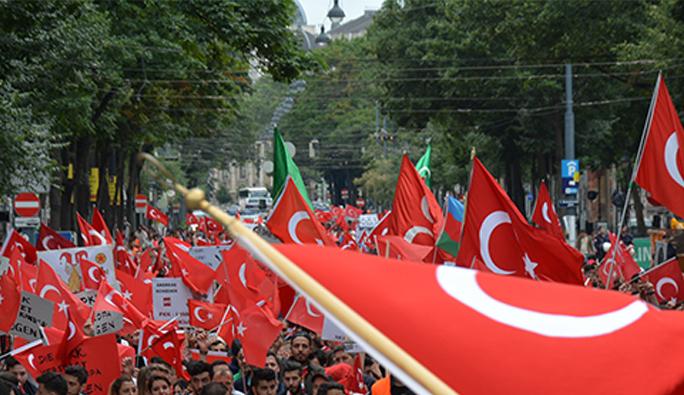 Avusturya'da darbeyi protesto eden Türklere ceza