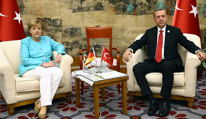'Merkel, Erdoğan'ın yanında 'sultanın huzuruna çıkmış suçlu vali' gibiydi'