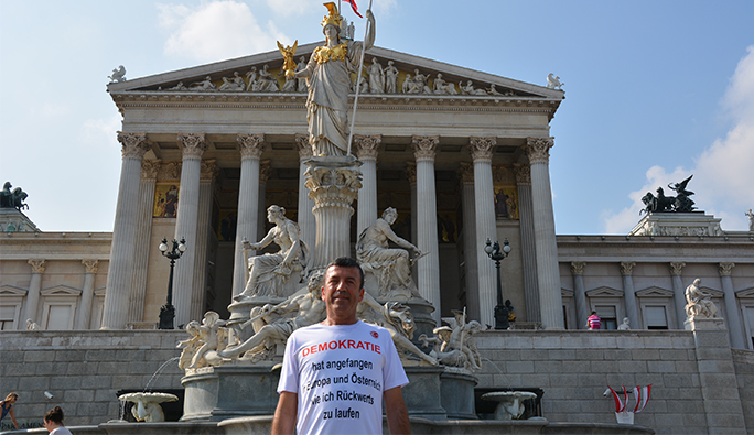 Mersin'den Viyana'ya geldi, geri geri koşarak Avusturya'yı protesto etti