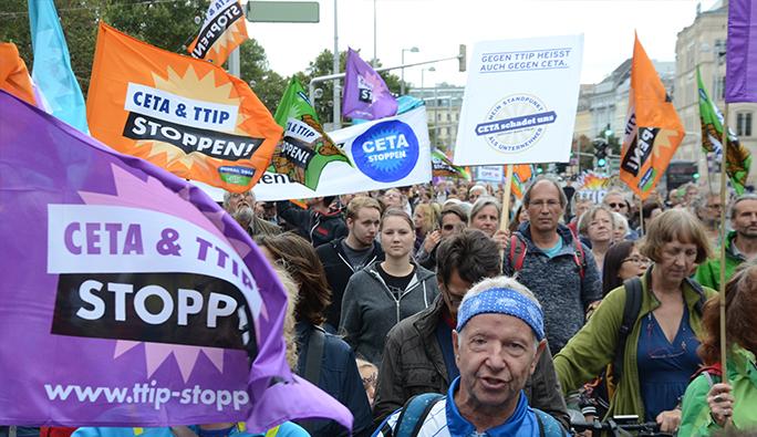 Viyana'da binlerce kişi o anlaşmayı protesto etti