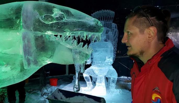 'Buz'dan heykellerle Türkiye'yi temsil ediyor 