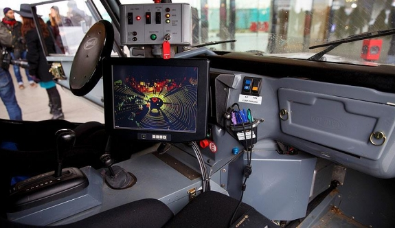 Sürücüsüz araçlar el işaretiyle duracak