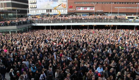 Binlerce kişi terör saldırısını protesto etti