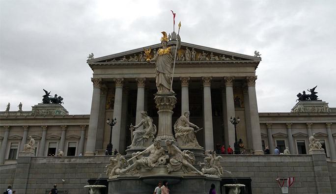 Avusturya'da tartışmalı kanun teklifi yasalaştı