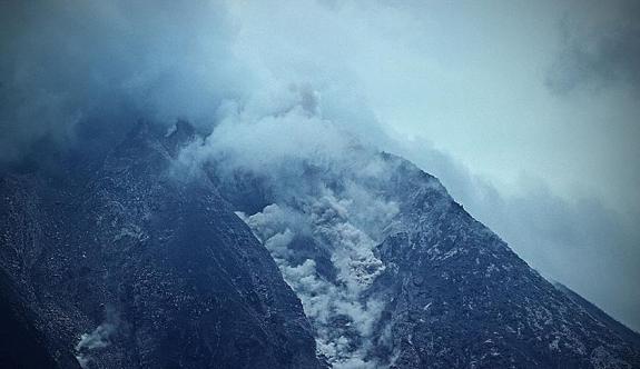 Yanardağ 10 kilometre kül püskürtüyor