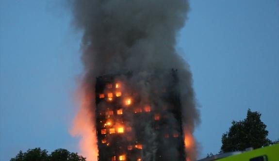 Londra'da 24 katlı binada yangın