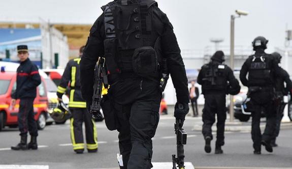 Paris'te panik anları! Polis Twitter'dan uyardı