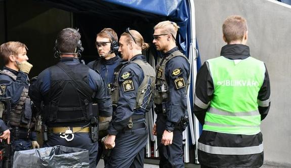 Aşırı sağcıların izinsiz gösterisine polis müdahalesi: 16 gözaltı