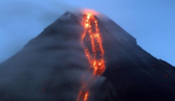 1 hafta önce harekete geçen yanardağ patladı!