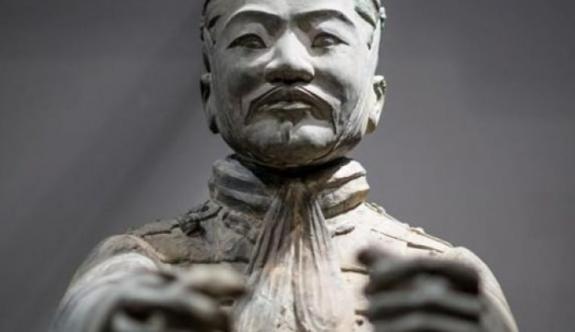 4.5 milyon dolarlık heykelin parmağını koparıp götürdü!