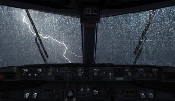 Camı kırılan uçak zorunlu iniş yaptı