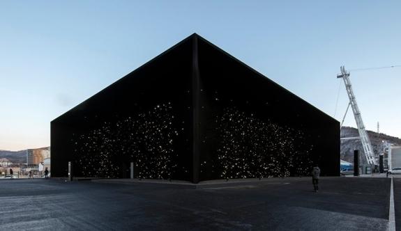 Dünyanın en siyah binasıyla 'gökyüzü yere indi'
