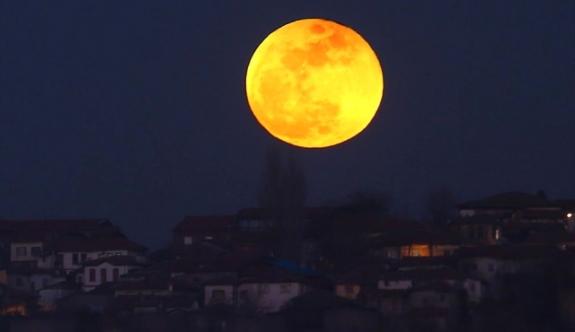 Süper Kanlı Mavi Ay tutulması tüm dünyada nefes kesen kareler bıraktı!