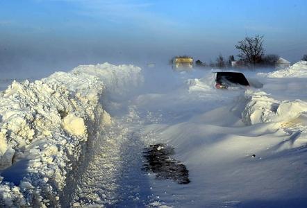 ''Bin kişi kar yığınları nedeniyle mahsur kaldı!''