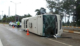 Türk, Avusturya ve Alman vatandaşları taşıyan minibüs devrildi