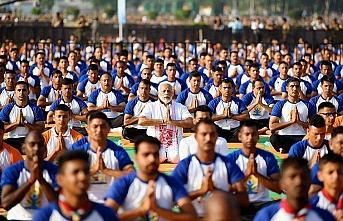 50 bin kişiyle yoga yaptı