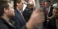 Belediye Başkanı, Ebola paniğini azaltmak için metroya bindi