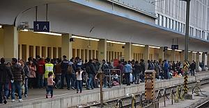 Rahma Austria'dan Westbahnhof'taki göçmenlere sıcak yemek