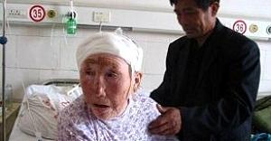 Yaşlı kadın kafasında...