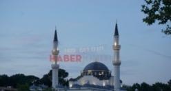 O Ülkede Bir İlk:İlk kez camiye mahya asıldı
