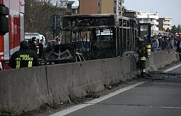 Öğrenci dolu otobüsü kaçırıp yaktı