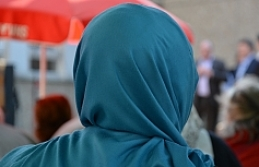Fransız mahkemesi başörtüsü için işinden atılan kadını haklı buldu