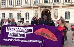"""Avusturya'da """"Afgan Göçmenler Sınır Dışı Edilmesin"""" Gösterisi"""