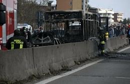 İçinde öğrenciler olan otobüsü kaçırdı, öğrenciler kaçtı, o otobüsü yaktı