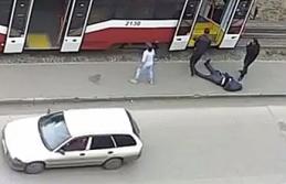Tramvayda felç geçiren adamı sokağa bırakıp yollarına devam ettiler