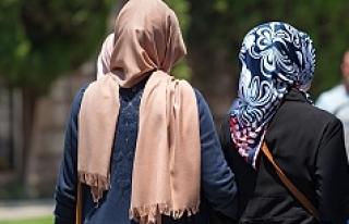 Müslüman kadının başörtüsünü zorla açan...