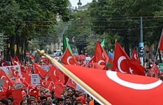 Avusturya'da darbeyi protesto eden Türklere...
