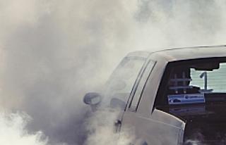 Sigarasını yaktı, arabası havaya uçtu