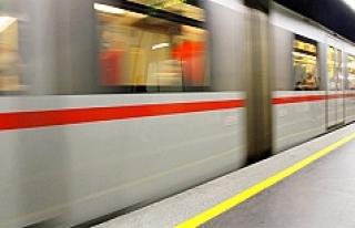 Viyana'da küçük çocuk metrodan inerken boşluğa...
