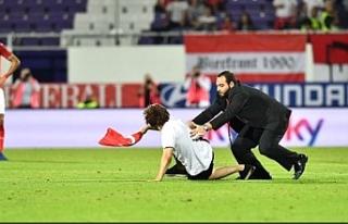 Avusturya - İsveç maçında Türk bayrağıyla sahaya...